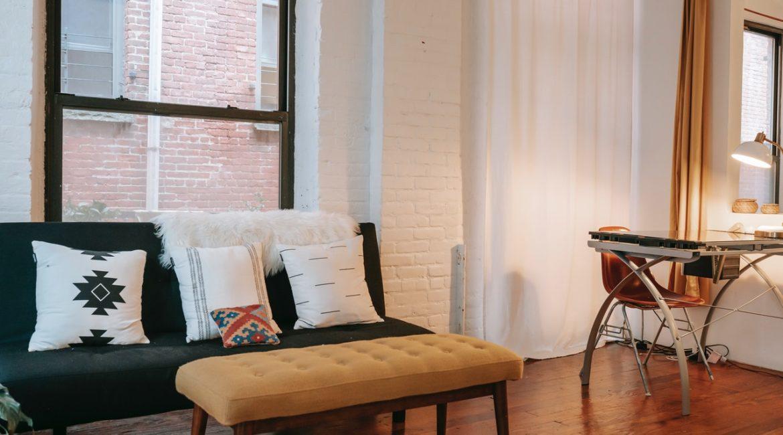 Pæn stue med moderne møbler og gardiner